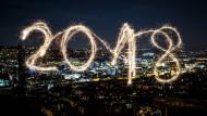 Das neue Jahr, in die Luft geschrieben mit einer Wunderkerze