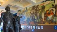 Arnautoffs Fresko über den Völkermord an den Indianern im Schulfoyer