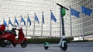Elektroroller vor dem Sitz der EU-Kommission in Brüssel