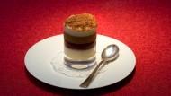 Oliver N�ve - Der Patissier des Restaurants Francais in Frankfurt, bereitet drei Desserts  zu