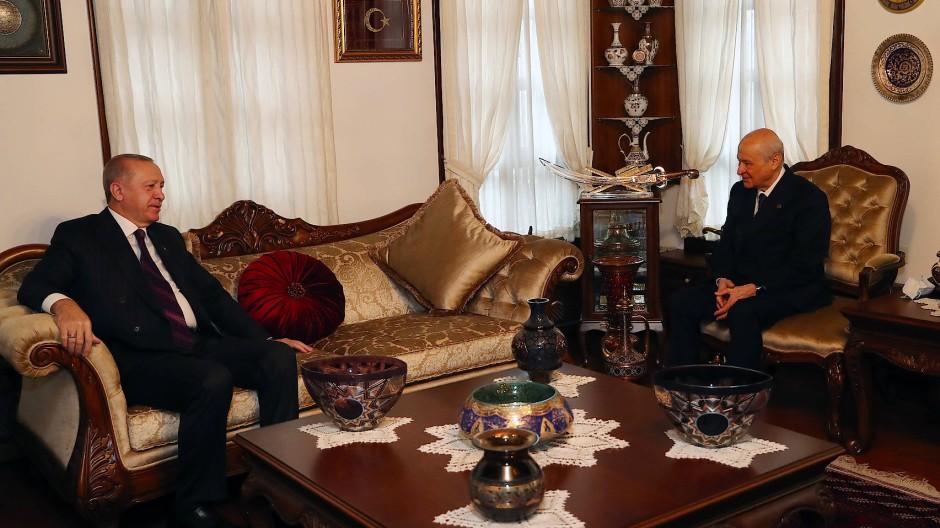 Unter Koalitionspartnern: Der türkische Präsident Recep Tayyip Erdogan (l.) Anfang Januar zu Besuch beim MHP-Vorsitzenden in Ankara