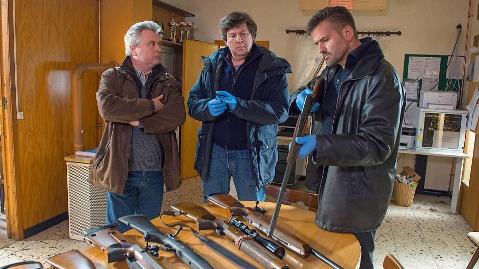 Es gibt zu viele illegale Waffen im Schwarzwald: Kommissar Friedemann Berg (Hans-Jochen Wagner) durchforstet mit Kollegen ein Schützenhaus.