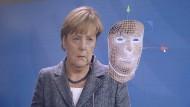 """Das Pro-Sieben-Magazin """"Galileo"""" machte kürzlich ein Experiment: Mit einer speziellen Bildbearbeitungstechnik und einer Stimmenimitatorin ließ man es so aussehen, als träte Bundeskanzlerin Angela Merkel vor die Presse und gäbe ihren Rücktritt bekannt. Die Fälschung war täuschend echt und zeigte, wie Fake News aussehen können."""