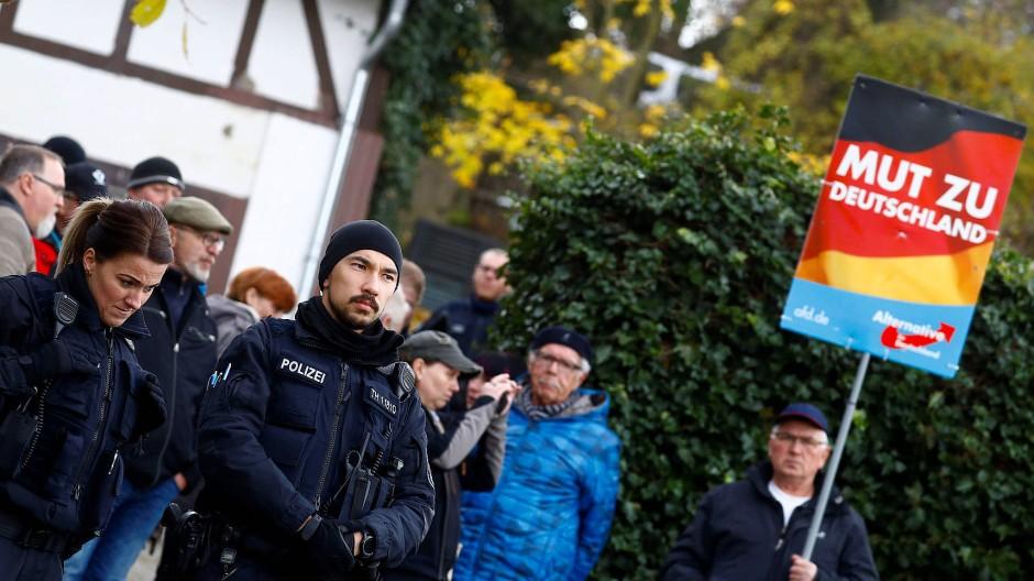 Protestaktion gegen die Protestaktion: Polizisten und AfD-Anhänger vor dem vom ZPS genutzten Grundstück