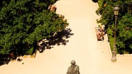 """""""Señora Nevinson, nicht wahr?"""": Auf einer der Holzbänke in den Sabatinischen Gärten im Herzen Madrids macht Berta Isla eine Bekanntschaft, die zur Bedrohung wird und der Titelheldin des neuen Romans von Javier Marías ihre verzweifelte Lage zeigt."""