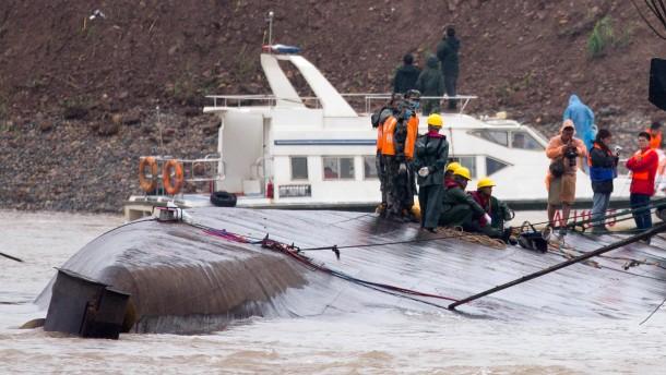 Mehr als 400 Menschen nach Schiffsunglück vermisst