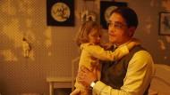 """Georg (Ronald Zehrfeld) muss von Tochter Selma (Lisa Marie Trense) Abschied nehmen: Szene aus dem Zweiteiler """"Landgericht - Geschichte einer Familie""""."""