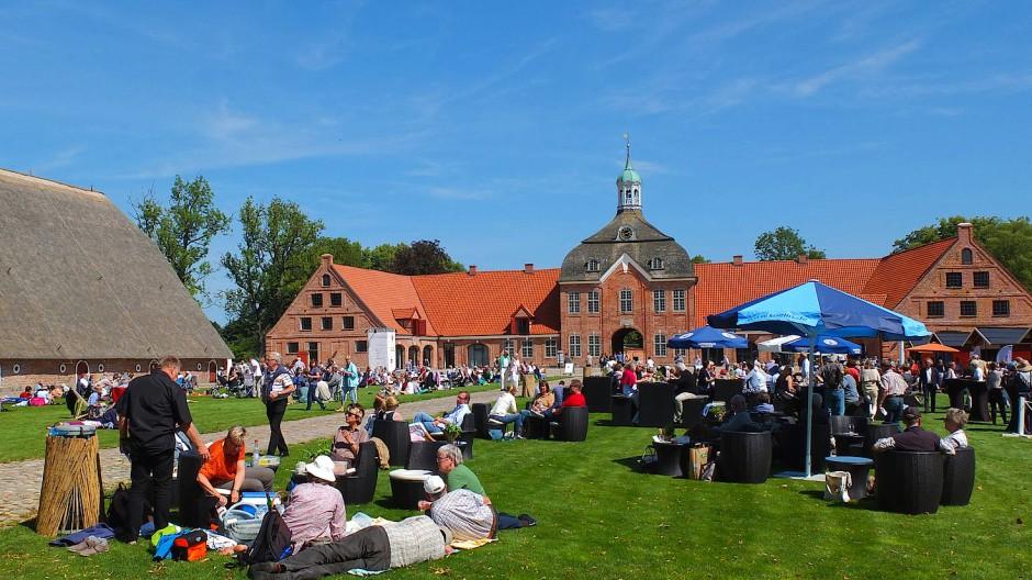 """Entspannter Genuss: Die """"Musikfeste auf dem Land"""" (hier auf Gut Hasselburg) sind ein Markenzeichen des Schleswig-Holstein Musik Festivals."""