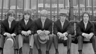 Obwohl sie sich so in Schale geschmissen hatten, mussten sie leider draußen bleiben: Die Easybeats Dick Diamond (l.) , Anthony Cahil, Harry Vanda, Stephen Wright und George Young (r.) im Juli 1968 nach dem Versuch, uneingeladen eine Gartenparty im Buckingham Palace zu besuchen.