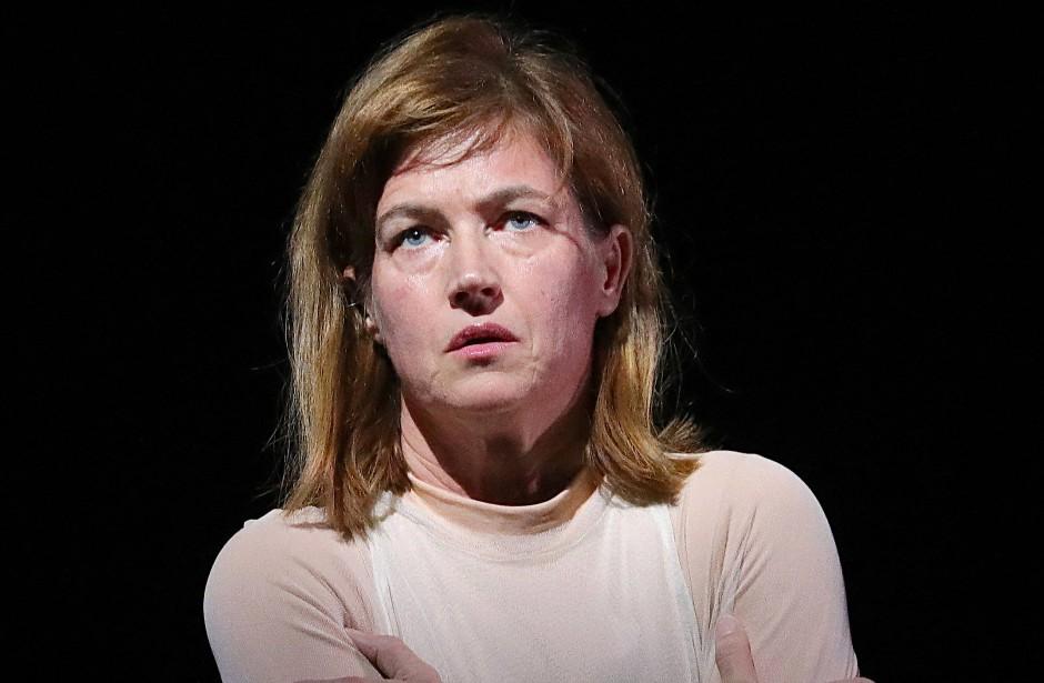 Die Arbeit der Schauspieler - hier Anne Tismer - wird im allgemeinen Gewimmel verhökert.