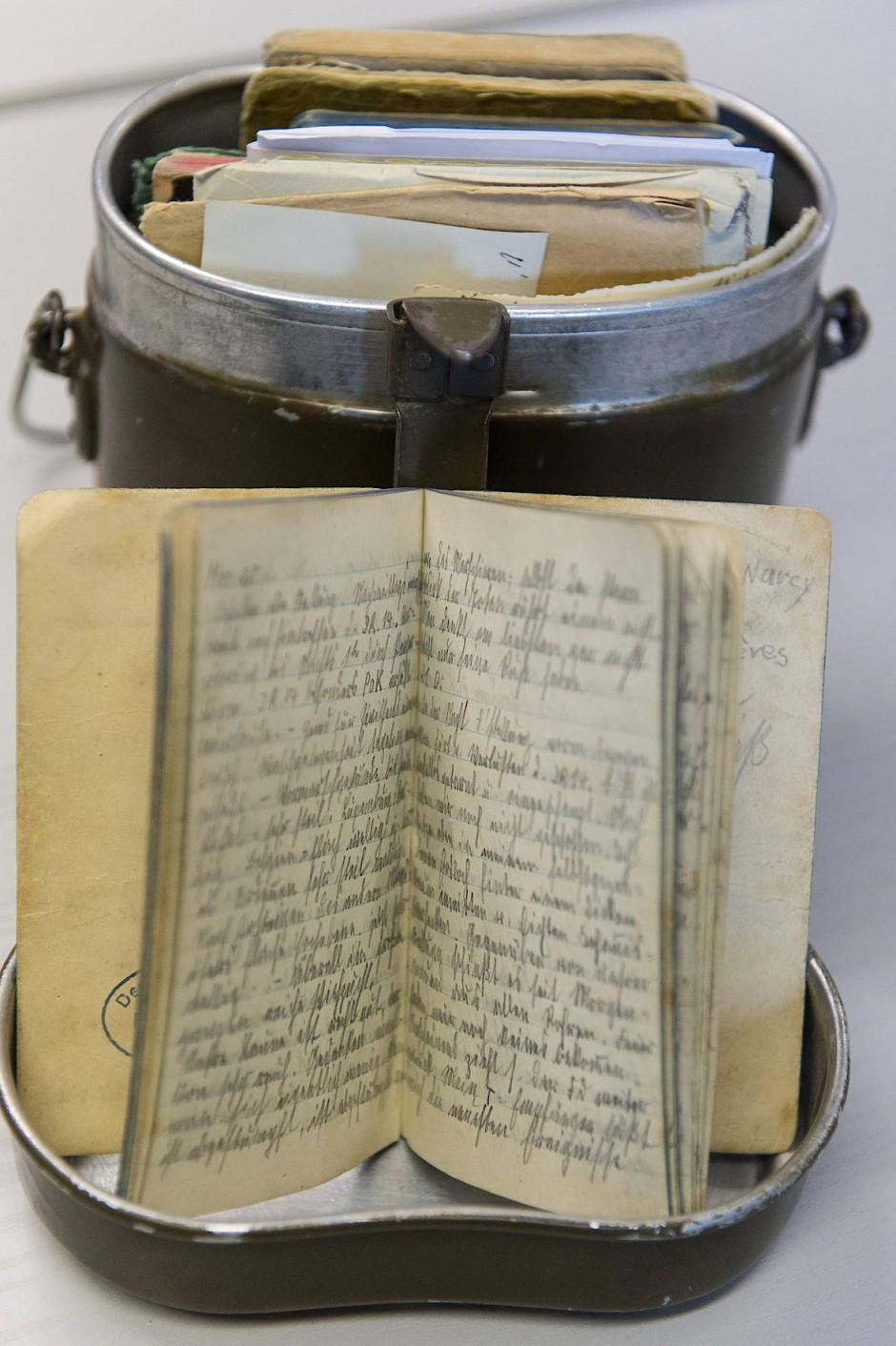 Ein deutscher Soldat bewahrte sein Tagebuch im zweiten Weltkrieg in einer Felddose auf.