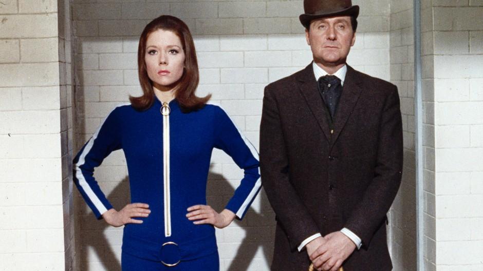 """In dieser Rolle wurde sie berühmt: Mit Schauspieler Patrick Macnee als """"Emma Peel"""" in """"Mit Schirm, Charme und Melone""""."""