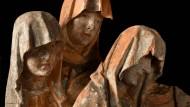 Ein Puzzle aus dreiundsechzig Teilen: Detail einer gotischen Beweinungsgruppe von 1430/40