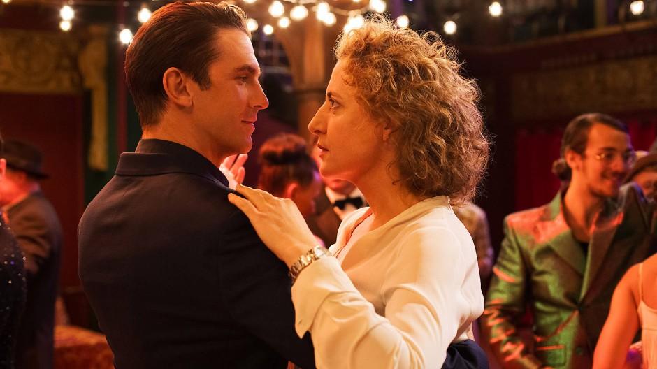 """Sie gewann den Darstellerpreis der Berlinale: Maren Eggert (mit Dan Stevens) in Maria Schraders Film """"Ich bin dein Mensch"""""""
