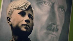 Hitler, menschlich gehäkelt
