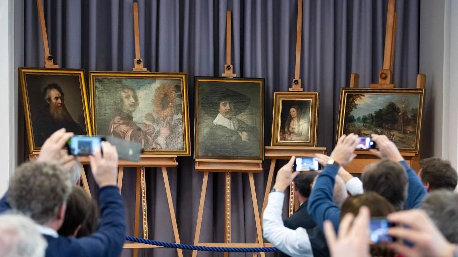Bühne für die alten Meister: Die fünf Gemälde bei ihrer Präsentation in Gotha