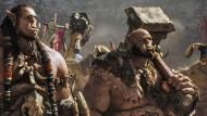 """Träfe man ungern nachts allein im Park an: Toby Kebell (links) als Durotan in """"Warcraft: The Beginning""""."""