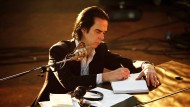 "In ""Girl In Amber"" reflektiert Nick Cave auch sein Tun als Musiker - ""the song it spins now since 1984"", dem Jahr der Bandgründung."