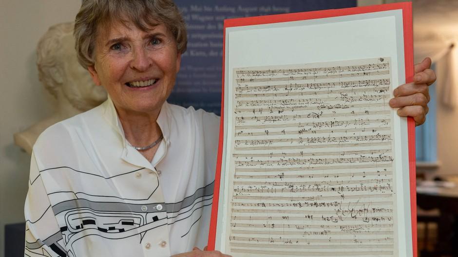 Eva Rieger im Mai 2019: Sie hält eine originale Kompositionsskizze Richard Wagners. Das Werk aus dem Privatbesitz der Musikwissenschaftlerin ist mit einem Wert von 70.000 Euro die größte Schenkung der Geschichte des Wagner-Museums in Graupa.