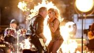 Sie gucken nur so grimmig: Lady Gaga mit James Hetfield von Metallica beim Duett