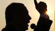 Die Silhouette des Herrschers: Recep Tayyip Erdogan Ende Juni 2016 in Kocaeli, der Stadt, in der sich Ismail Devrim kürzlich das Leben genommen hat, weil er die Schuluniform für seinen Sohn nicht bezahlen konnte.
