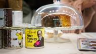 Aus dem Sigmund-Freud-Sortiment der Weltbiofachmesse: Ein Stück Sachertorte in der Dose zur sofortigen, unverzüglichen Erhöhung des Blutzuckerspiegels