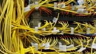 Welchen Weg nimmt eigentlich eine E-Mail? Breitbandkabel in einem Rechenzentrum der DE-CIX in Frankfurt am Main