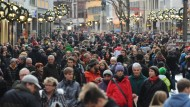 Das könnten sie auch einfacher haben: Würden die Menschen Zeit statt Plunder verschenken, müssten sie sich nicht, wie hier in Freiburg, durch die Fußgängerzone zur Weihnachtszeit quetschen.