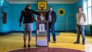Man kann mit Volksbefragungen auch Schindluder treiben: Das im Mai 2014 abgehaltene Referendum im Osten der Ukraine über die staatliche Autonomie des Donbass genügte rechtlichen Standards nicht im Entferntesten.