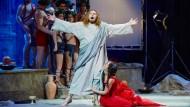 Anstoß des bischöflichen Ärgernisses: Tannhäuser verwandelt sich in eine Filmfigur – Jesus und trägt das Kreuz in die Venusgrotte.