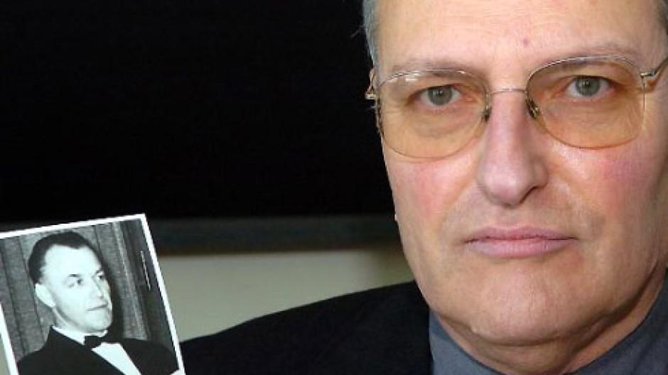 Gesucht: Efraim Zuroff zeigt ein Bild des NS-Kriegsverbrechers Aribert Heim