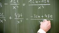 In einem Klassenraum der Frankfurter Carl-Schurz-Schule werden Funktionen abgeleitet – das braucht man nicht fürs Leben, aber für die Uni.