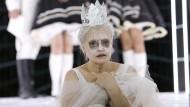 """Verlöschendes Licht der Menschlichkeit: Josefin Platt gibt eine demente """"Königin Lear""""."""