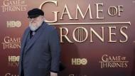 """Da er mit Band Fünf der Saga """"Game of Thrones"""" nicht rechtzeitig fertig wurde, dichteten die Drehbuchautoren David Benioff und D. B. Weiss die Geschichte kurzerhand selbst weiter."""