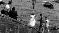 Als wäre hier Ferrantes Roman abgelichtet worden: Neapel, Hochzeit, dubiose Herren und das Meer