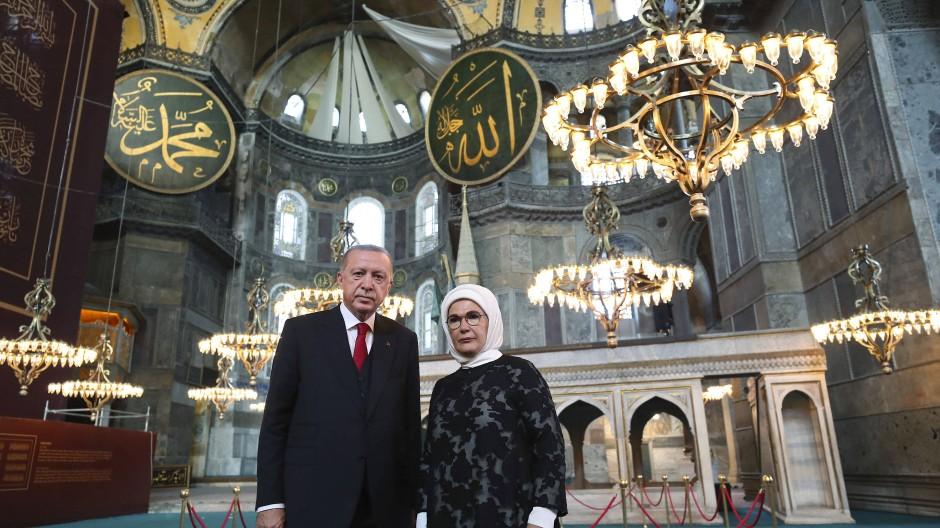 Der türkische Präsident mit seiner Ehefrau Emine in der Hagia Sophia
