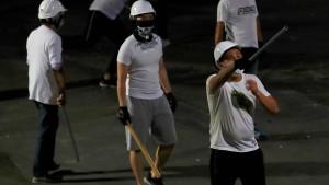 Prügelattacken mit Bambusstöcken und Metallstangen