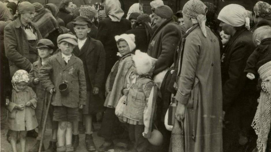 Grausamer Alltag: Menschen bei der Ankunft im Vernichtungslager Auschwitz-Birkenau