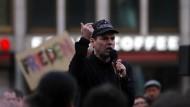 """Der Verschwörungstheoretiker Ken Jebsen auf einer Kundgebung gegen """"Meinungsdiktatur"""""""