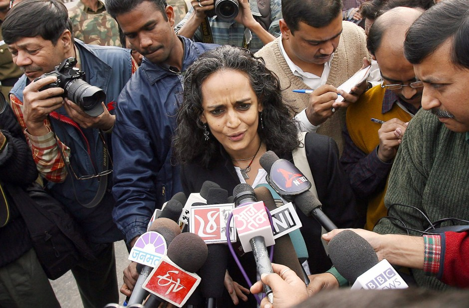 Als politische Aktivistin legtt sie sich mit allen an: Arundhati Roy im Dezember 2007