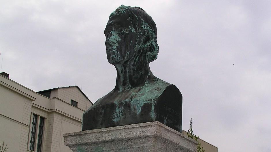 """Das freie Auge"" rühmte Hegel an Christian Daniel Rauchs Goethe-Büste. Hegels Denkmal in der Berliner Dorotheenstraße schuf Gustav Hermann Blaeser."