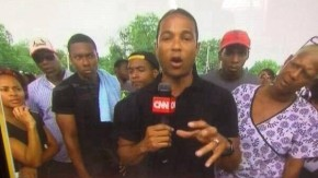 Bürger in Ferguson beobachten den CNN-Reporter Don Lemon mit Argwohn