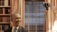 Der Selfie-Präsident: Barack Obama übt den Umgang mit dem Selfie-Stick, dem Zepter des schlechten Geschmacks.