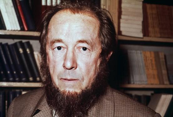 <b>Alexander Solschenizyn</b> auf einer Pressekonferenz 1975 in Paris - alexander-solschenizyn-auf