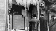 """Zerstörte Schaufenster jüdischer Geschäfte nach der """"Reichskristallnacht"""""""