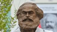 Enthüllung in Arbeit: Die Karl-Marx-Statue des chinesischen Künstlers Wu Weishan beim Aufstellen in Trier