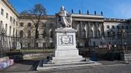 Die Berliner Humboldt-Universität mit der Statue des Namensgebers