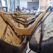 """Ok, ein Buch muss eine Axt sein für das gefrorene Meer in uns. Aber was ist das? Die Installation """"Wittgensteins Boot"""" der Künstlerin Marianne Heske im Pavillon des Gastlandes Norwegen."""