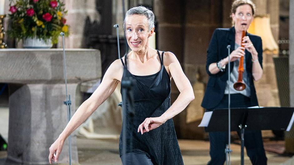 Marie-Claire Bär-Le Corre (links) tanzt, Katharina Bäuml spielt dazu die Schalmei.