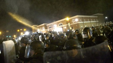 Die Polizei schießt Pfeffer Spray in Richtung der Demonstranten: Es gibt Journalisten, die sich dem freiwillig aussetzen.